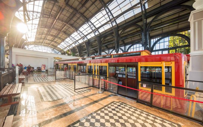 Dân tình ngay lập tức tìm ra khung cảnh được Louis Vuitton lựa chọn là một trong những biểu tượng đầu tiên làm nên hành trình của du lịch là ga tàu hỏa leo núi Mường Hoa tại khu du lịch Sun World Fansipan Legend (Sa Pa, Lào Cai).