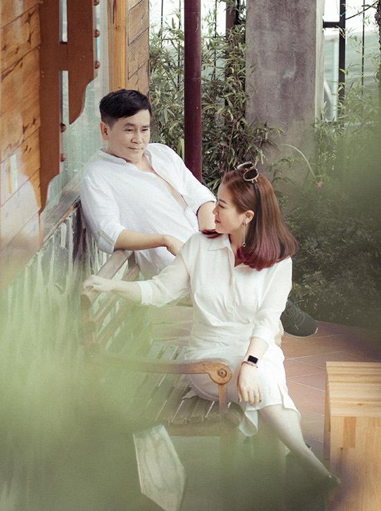 [Caption Về phía Kiều Linh, nữ diễn viên không giấu được xúc động khi nói về cuộc hôn nhân của mình. Thời gian đầu khi mới