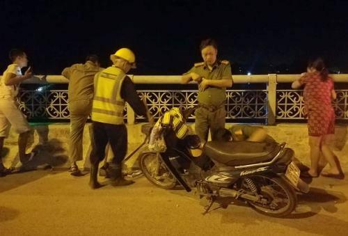 Nam thanh niên bỏ lại xe máy trên cầu chợ Dinh. Ảnh: Võ Thạnh