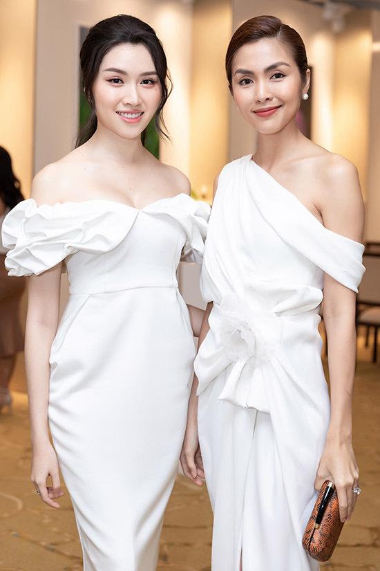 Thanh Thanh Huyền hội ngộ đàn chị Tăng Thanh Hà. Từ khi kết hôn và sinh con, cô Trúc ít xuất hiện trước công chúng hơn trước. Hai mỹ nhân cùng khoe vai trần với thiết kế gam trắng.