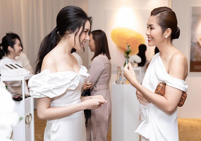 Cả hai trò chuyện tíu tít ở sự kiện. Thanh Thanh Huyền ngưỡng mộ Hà Tăng đã sinh hai con nhưng vẫn giữ được vóc dáng mảnh mai.