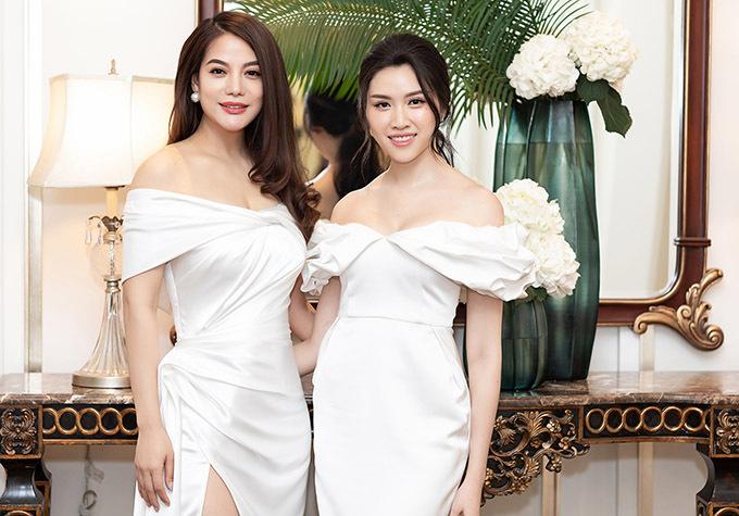 Diễn viên, nhà sản xuất Trương Ngọc Ánh mặc bộ cánh trễ vai kiểu khá giống trang phục của Thanh Thanh Huyền.