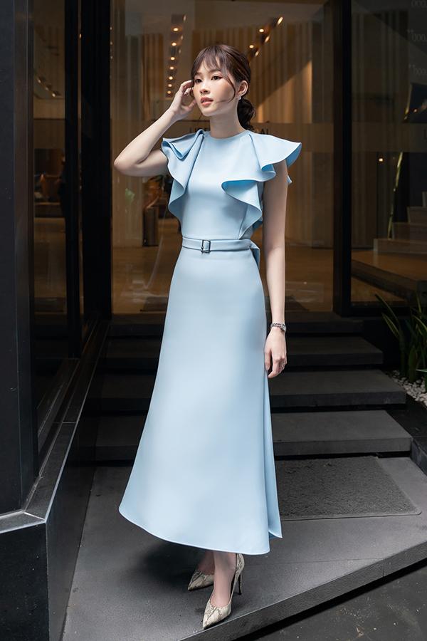 Người đẹp khoe vóc dáng mảnh mai với bộ váy nhạt màu của nhà thiết kế Đinh Thanh Long.