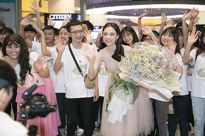 Đáp lại tình cảm yêu mến của khán giả hâm mộ, Angela Phương Trinh thường tổ chức những buổi họp fan ấm cúng để kết nối cùng các bạn trẻ.