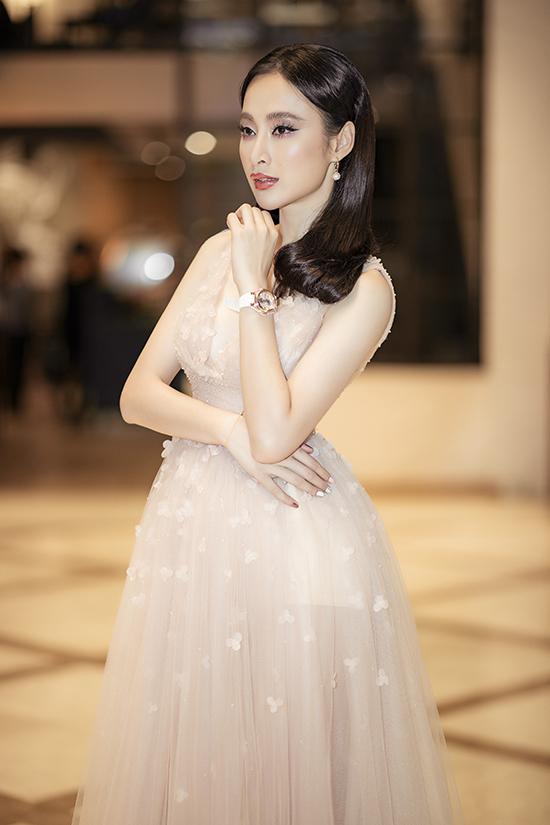 Váy xuyên thấu tông nude được nữ diễn viên chọn lựa để tôn vẻ đẹp hình thể và làn da trắng sáng.