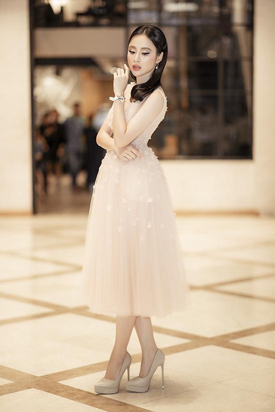 Như thường lệ, Angela Phương Trin luôn đầu tư một cách chỉn chu về trang phục và tạo hình mỗi khi xuất hiện trước công chúng.