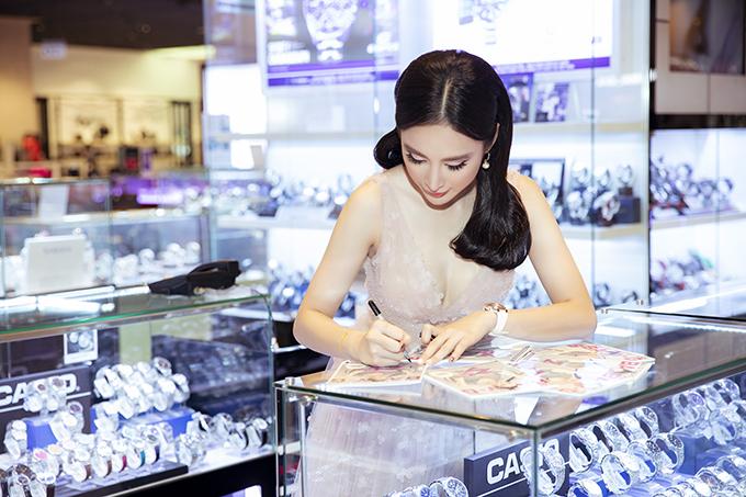 Trong buổi giao lưu, Angela Phương Trinh ký tặng ảnh và trao quà cho những khán giả may mắn ở phần bốc thăm trúng thưởng.