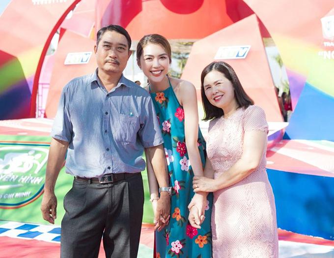 Hoa hậu Tường Linh và bố mẹ.