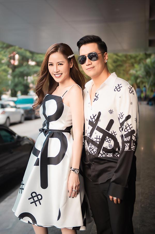 Việt Anh và Quế Vân mặc đồ đôi, cùng diện những thiết kế trong bộ sưu tập mới nhất của Cao Minh Tiến. Cả hai từng dính nghi án tình cảm nhưng một mực phủ nhận và khẳng định chỉ là bạn bè, tri kỷ.