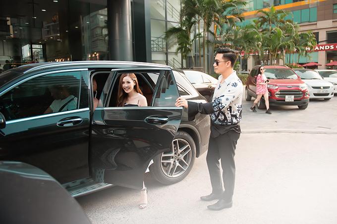 Chiều 20/9, Việt Anh tháp tùng Quế Vân đến trụ sở báo Ngoisao.net tại Hà Nội. Anh chủ động bước xuống trước và cẩn thận mở cửa xe cho người đẹp.