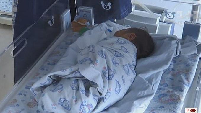 Bé trai bị dị tật bẩm sinh nên không thể bú mẹ được. Ảnh: 11.