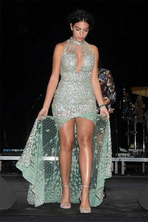 Người mẫu 25 tuổi đi dự sự kiện sau khi bạn trai nổi tiếng tiết lộ gây chú ý về chuyện phòng the.