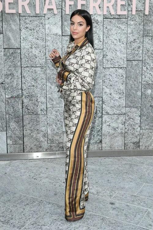 Một ngày trước khi sang Madrid dự lễ trao giải, người đẹp dự Tuần lễ thời trang Milan ở Milano, Italy.