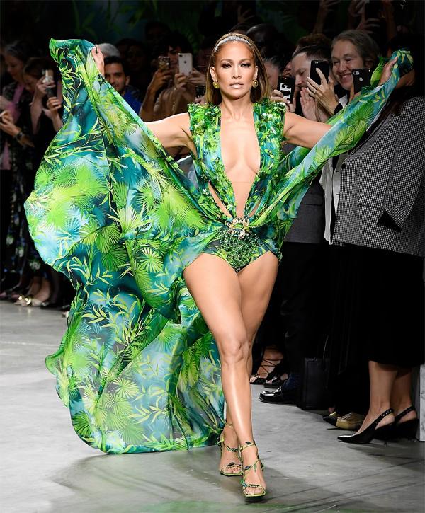 Jennifer Lopez làmvedette trong show thời trang Versace xuân hè 2020 tại Tuần lễ thời trang Milan tối20/9. Cô chiếm trọn spotlight khi mặc chiếc váy xanh họa tiết nhiệt đới hở bạo.