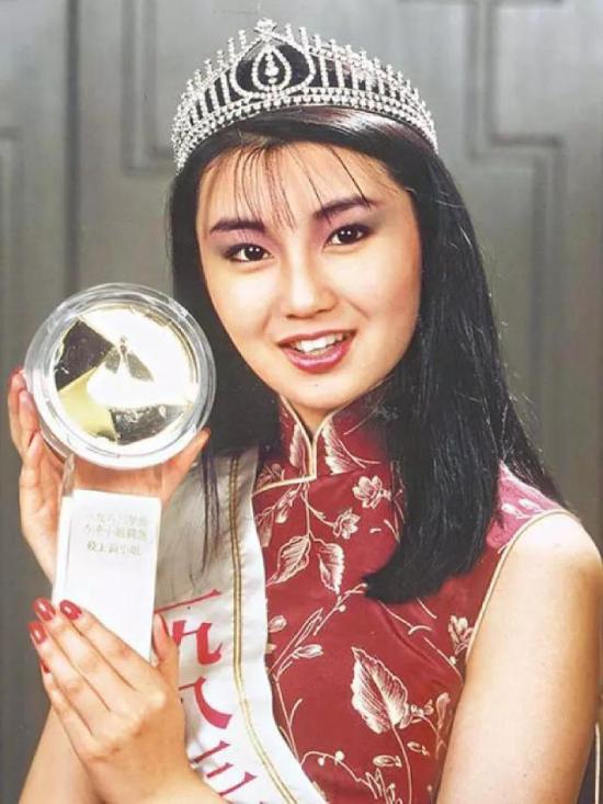 Trương Mạn Ngọc sinh ngày 20/9/1964 tại Hong Kong, sau đó tham gia Miss Hong Kong năm 1983 và giành Á hậu. Từ đó, cô bắt dầu dấn thân vào con đường nghệ thuật và đóng nhiều tác phẩm điện ảnh, truyền hình tên tuổi.
