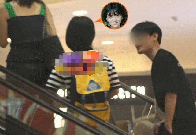 Thẩm Nguyệt ăn mặc như teen girl khi đi hẹn hò.