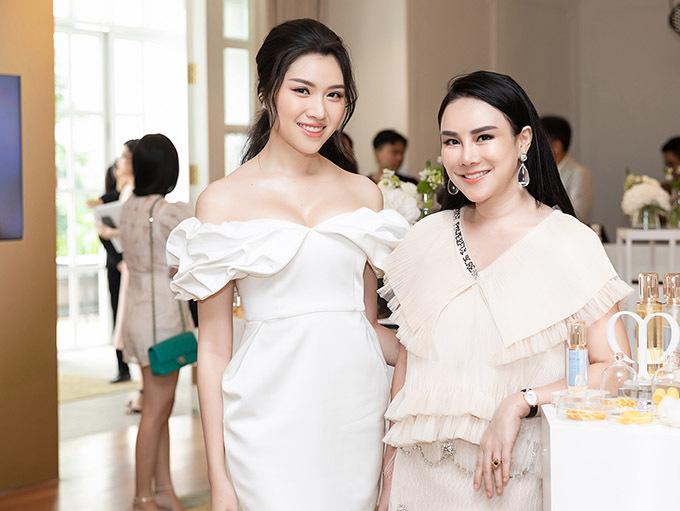 MC quê Khánh Hoà tranh thủ giao lưu, chia sẻ về sở thích làm đẹp, thời trang với các khách mời khác.