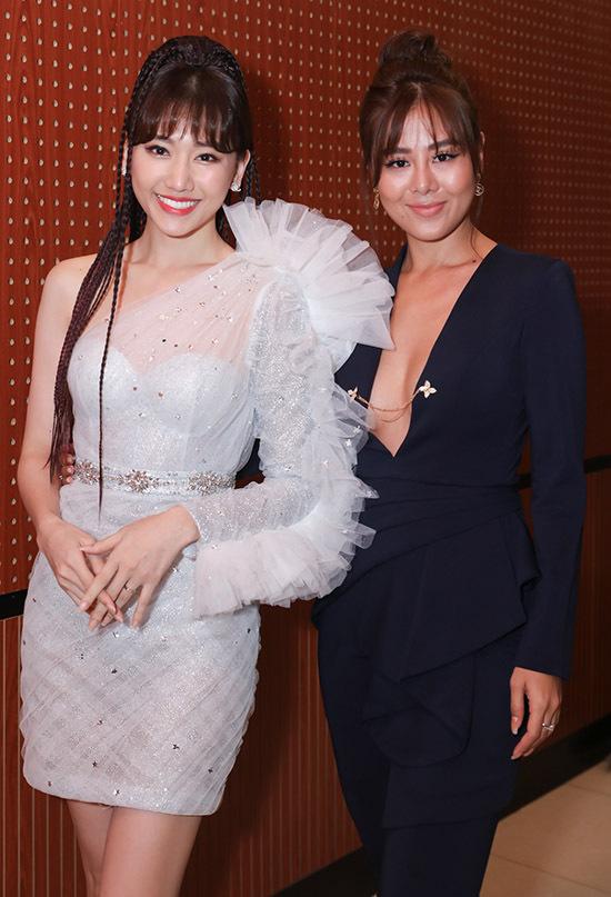 Nam Thư mặc áo xẻ sâu sexy đến ủng hộ mini concert Galaxy of love của Hari Won.