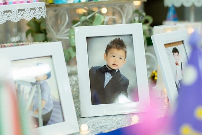 Buổi tiệc tràn ngập bong bóng và hình ảnh của cậu bé.