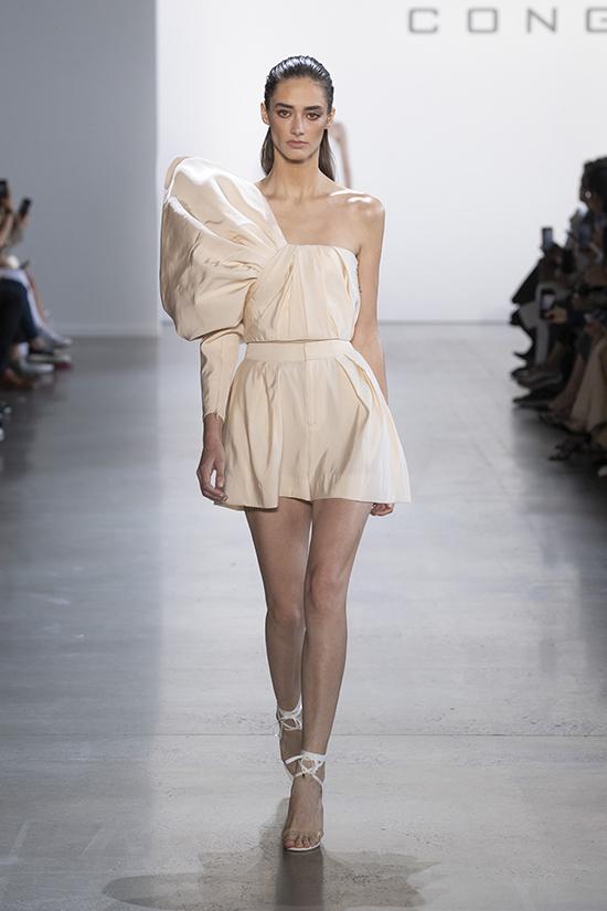 Vừa ra mắt tại New York Fashion Xuân Hè 2020 được hơn 1 tuần, bộ sưu tập Đi nhặt hạt sương nghiêngđã nhận được sự quan tâm của truyền thông quốc tế, các tín đồ thời trang thế giới và sao quốc tế.