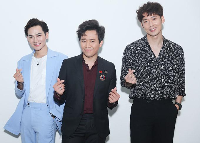 MC Trấn Thành mặc bảnh bao dự đêm nhạc riêng của bà xã. Anh bắn tim chụp ảnh cùng Ali Hoàng Dương và diễn viên Tuấn Trần (ngoài cùng bên phải).