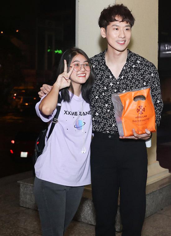 Tuấn Trần bất ngờ khi được một fan nữ tặng quà đặc sản Hà Nội.