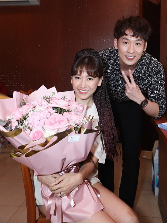 Anh vào tận hậu trường tặng hoa, chúc concert của Hari Won thành công.