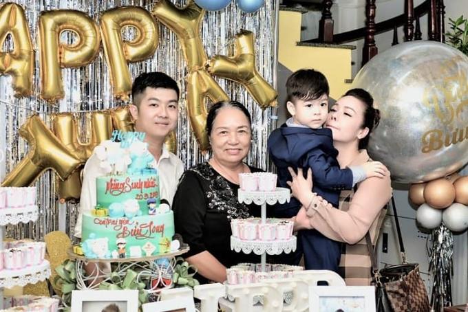 Nhật Kim Anhmuốn dành ngày vui trọn vẹn cho con trai. Trong một bức ảnh, doanh nhân Bửu Lộc còn khoác vai vợ cũ chụp ảnh, khiến nhiều khán giả hy vọng mối quan hệ của cả hai tiến triển tốt đẹp hơn sau ly hôn.