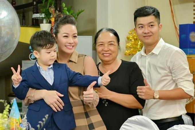 Con trai Bửu Long - kết quả tình yêu của Nhật Kim Anh và chồng cũ (áo trắng) - vừa tròn 4 tuổi hôm 20/9. Nhóc tỳ được bố mẹ tổ chức sinh nhật ấm cúng tại nhà, cùng sự tham dự của ông bà nội.