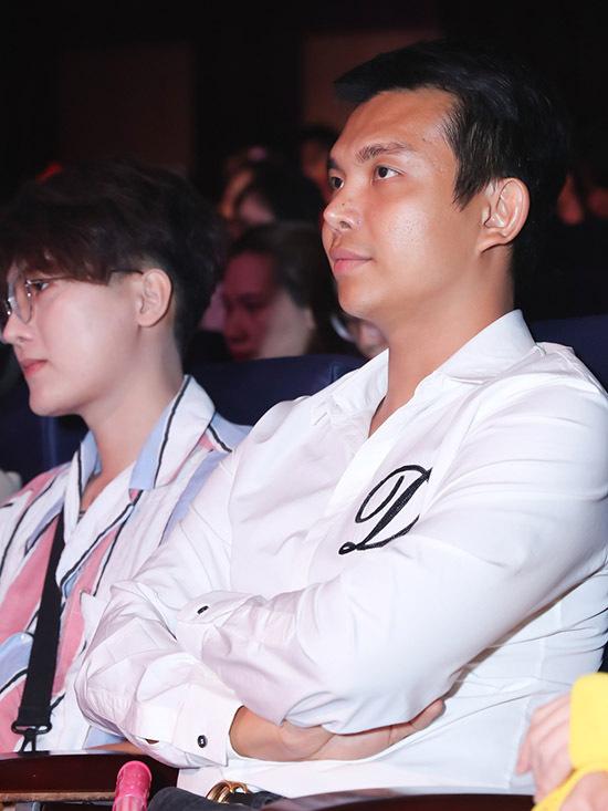 Nhà thiết kế Đỗ Long có mặt trên hàng ghế khán giả.