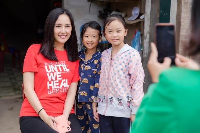 Cô chụp ảnh kỷ niệm cùng các em nhỏ. Người đẹp vừa hoàn thành vai trò giám khảo cuộc thi Hoa hậu Thế giới Việt Nam 2019.
