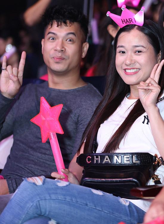 Ca sĩ Trương Thế Vinh và diễn viên hài Lâm Vĩ Dạ (phải) cổ vũ nhiệt tình cho vợ Trấn Thành.