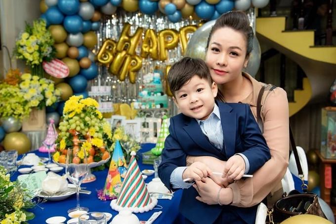 Năm 2014, Nhật Kim Anh kết hôn với doanh nhân Bửu Lộc, người Cần Thơ và có một cậu con trai tên Bửu Long. Từ cuối năm 2017, có tin đồn cả hai vướng nghi vấn lục đục tình cảm nhưng chỉ vừa xác nhận ly hôn vào đầu tháng 6/2019. Sau chia tay, nữ diễn viên nhường quyền nuôi con cho chồng cũ vì lo sợ tính chất công việc nghệ thuật bận rộn, đi nhiều khó chăm sóc con tốt nhất. Hiện Bửu Long sống cùng ông bà nội nhưng Nhật Kim Anh mong sớm đón con con về trong tương lai gần.