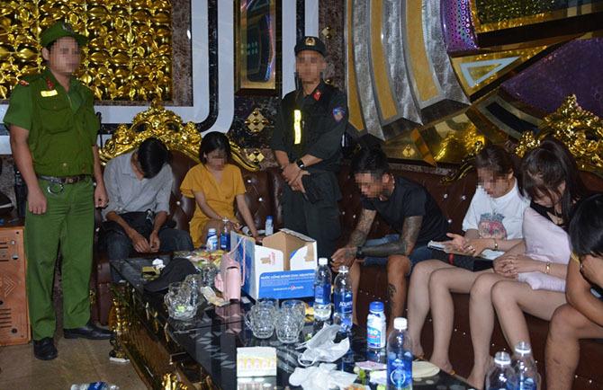 Một phòng khách thuê hát có sử dụng ma túy khi cảnh sát ập vào kiểm tra. Ảnh:Đại Hiệp.