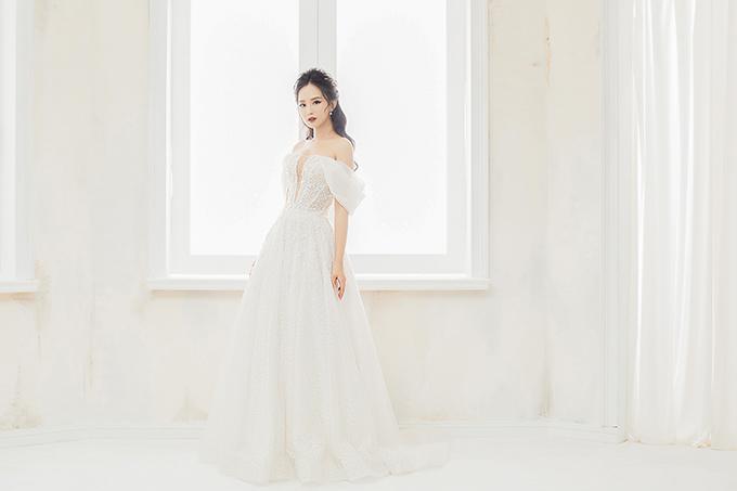 Hoa hậu Thế giới người Việt tại Pháp - Trần Vũ Hương Trà để thể hiện các mẫu đầm trong bộ sưu tập sắp ra mắt của NTK Linh Nga cho mùa cưới cuối năm.
