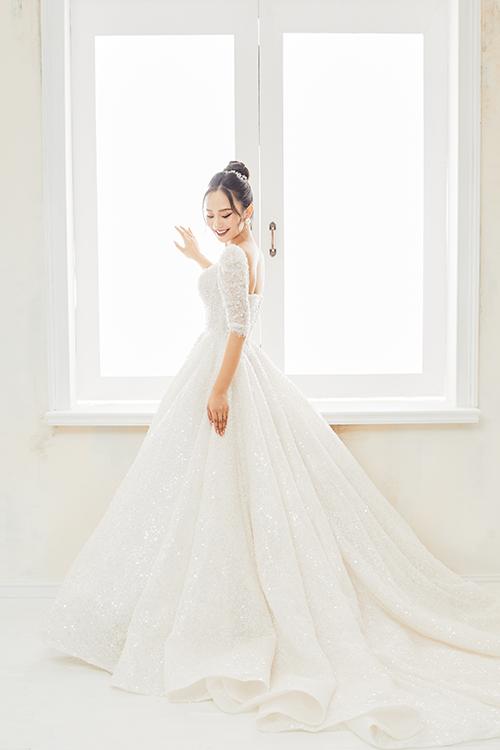 Chất liệu làm váy được khai thác từvải ngoại nhập từ Pháp, Hàn Quốc, Đài Loan, các nước Trung Đông để tạo nên tác phẩm váy cưới đạt tới độ hoàn mỹ.