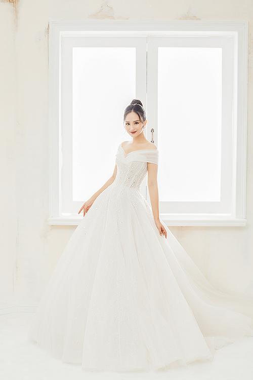 Các mẫu đầm được thực hiện cẩn thận, cầu kỳ trong từng đường kim mũi chỉ, họa tiết trên thân váy, làm nổi bật ưu điểm vóc dáng của cô dâu và toát lên vẻ sang trọng.