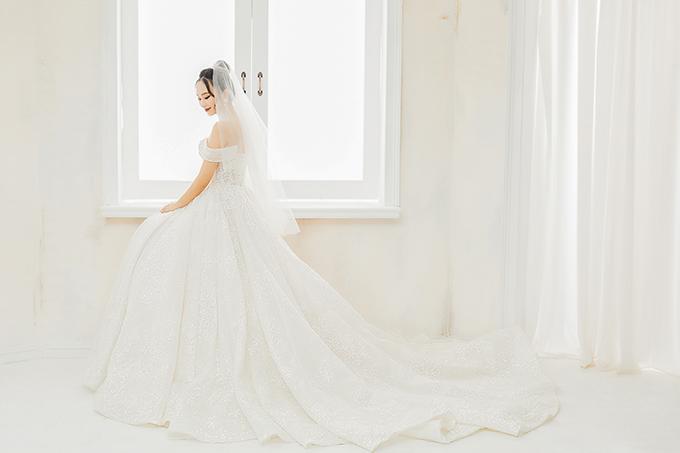 Đuôi váy dài để tạo sự thướt tha trong từng nhịp bước của cô dâu.
