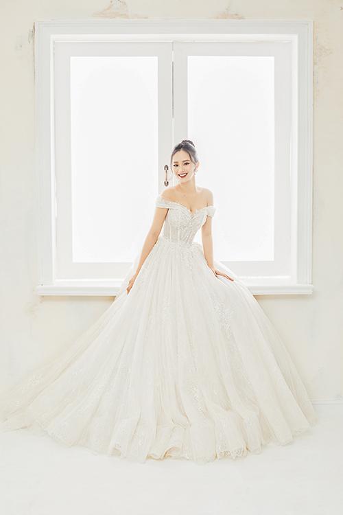 Váy trễ vai giúp cô dâu khoe khéo xương quai xanh, phần vai gầy.
