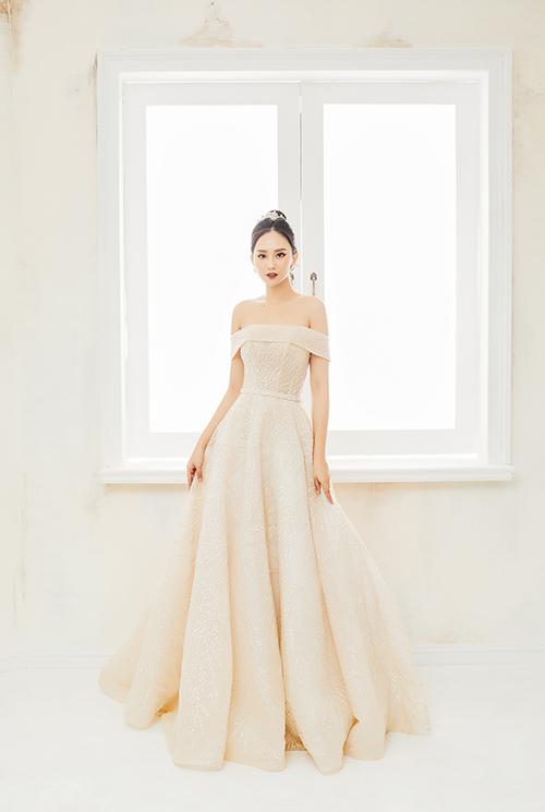 Nếu muốn tìm kiếm sự lựa chọn mới lạ, váy mang gam màu cam pastel sẽ là gợi ý hoàn hảo. Bộ cánh giúp nhấn eo và thân trên thon nhỏ của cô dâu.