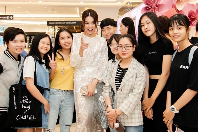 Sự xuất hiện của Thanh Hằng thu hút nhiều quan tâm của khán giả. Đông đảo bạn trẻ vây quay và chụp hình cùng nữ siêu mẫu.