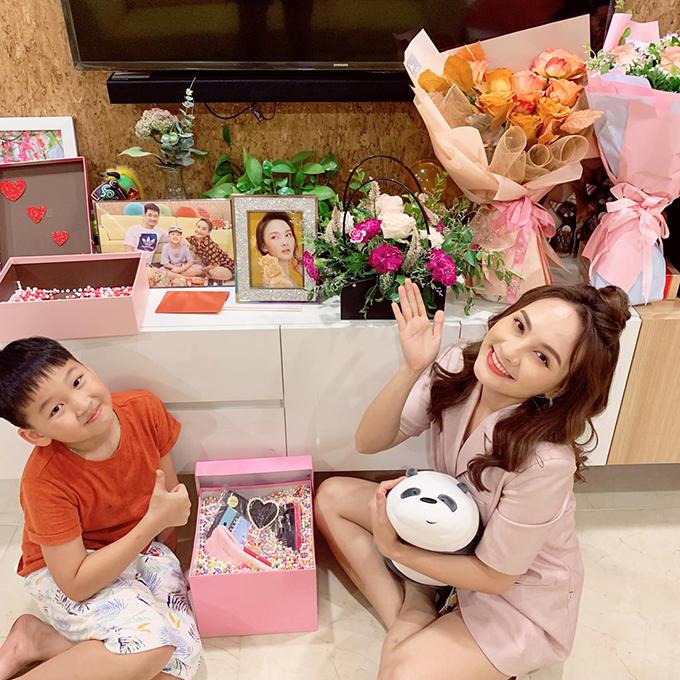 Bảo Thanh hạnh phúc vì nhận được nhiều hoa và quà fan tặng.