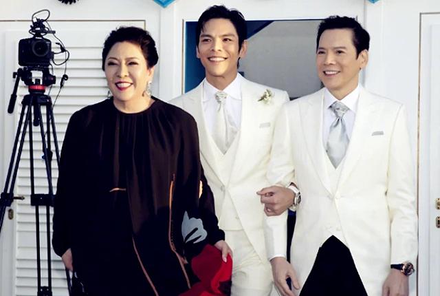 Hướng Tá cùng bố mẹ trước giờ đón dâu. Anh là con trai của ông Hướng Hoa Cường và bà Trần Lam, hai nhân vật có sức ảnh hưởng lớn trong showbiz Hong Kong. Ông Hướng được ví như trùm xã hội đen Hong Kong vì tầm ảnh hưởng cũng như địa vị.