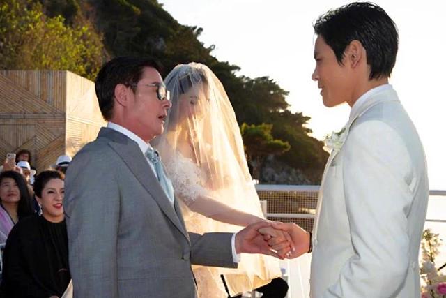 Khoảnh khắc bố cô dâu trao con cho chú rể.