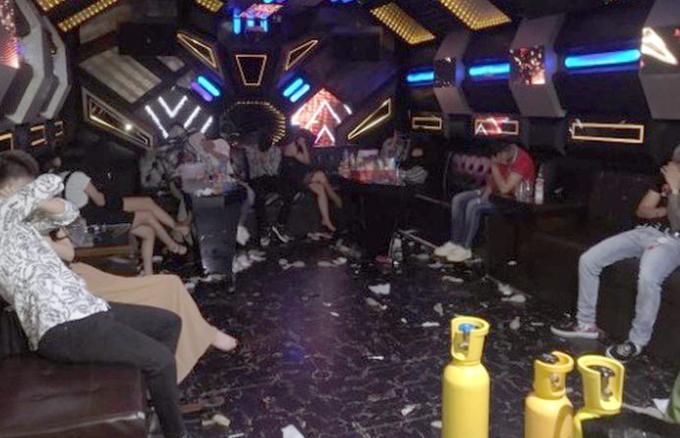 Phòng hát karaoke có nhiều bình khí bóng cười. Ảnh: Công an cung cấp