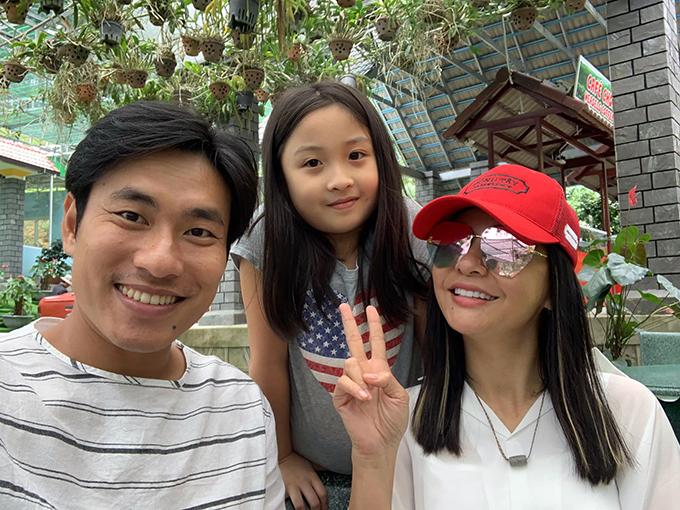 Cát Phượng - Kiều Minh Tuấn pose ảnh cùng con dâu tương lai. Nghệ sĩ hài cho biết rất ưng cô bé này nhưng không biết con trai có ưng không.