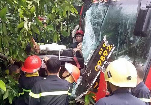 Cảnh sát giải cứu người bị thương ra ngoài. Ảnh: Hoàng Trường