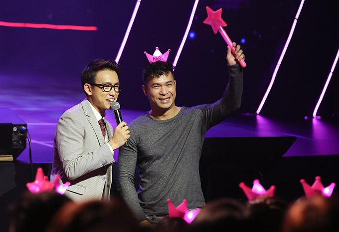 MC Quốc Bảo bất ngờ khi thấy Trương Thế Vinh sung không kém cácfan cứng của Hari Won.