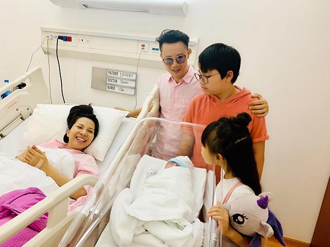 Hoàng Bách chia sẻ khoảnh khắc hạnh phúc bên bà xã và 3 con. Thanh Thảo mới sinh con trai thứ 3 vào trưa 21/9 tại một bệnh viện quốc tế ở TP HCM. Cậu bé tên ở nhà là Hippo, nặng gần 3,3kg chào đời bằng phương pháp sinh thường.