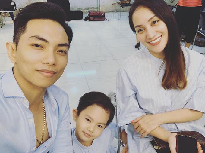 Phan Hiển khen con trai Kubi diễn sâu khi chụp ảnh cùng bố mẹ.